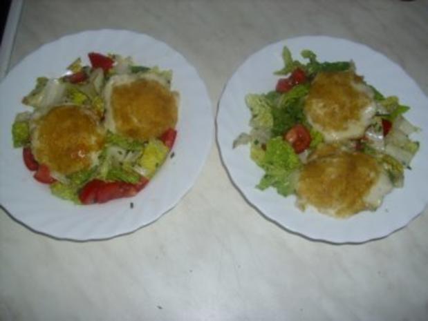 Panierte Mozzarella-Medaillons auf Salat - Rezept