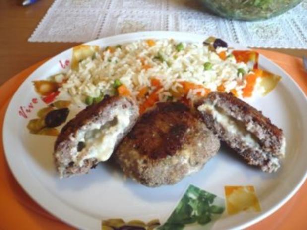 Faschierte Laibchen mit Gorgonzola-Füllung und Gemüsereis - Rezept - Bild Nr. 5