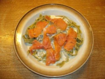 Rezept: Geräucherter Wildlachs mit grünen Nudeln in Käse-Sahne Soße