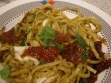 Basilikum Tagliatelle mit Mozzarella und getrockneten Tomaten - Rezept
