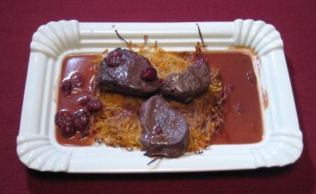 Wildmedaillons auf Süßkartoffel-Rösti mit Cranberry-Soße - Rezept