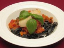 Jakobsmuscheln auf Tomatensugo mit Sepianudeln - Rezept