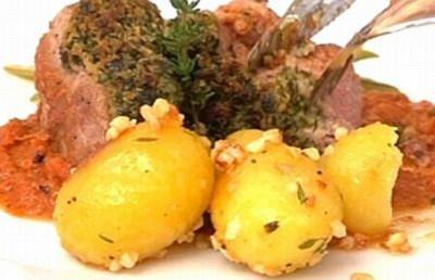 Schweinefilet mit Kräuterkruste, Böhnchen und Mandelkartoffeln - Rezept