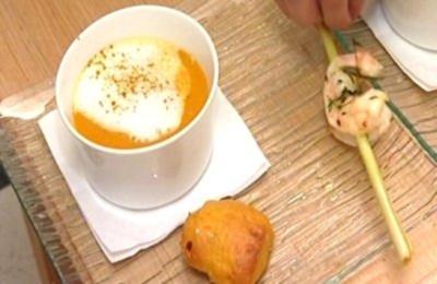 Kürbiscurrysüppchen mit Kokosmilchschaum und Zitronengrasgarnele - Rezept