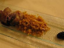 Gefüllter Perlhuhnschenkel mit Backpflaumen und Nüssen auf Couscouswölkchen an Brombeersoße - Rezept