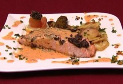 Lachs mit Olivenkruste in Limonensoße mit Zucchinischeiben und Rosmarinkartoffeln (Dunja Rajter) - Rezept