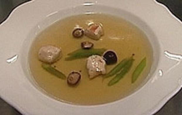 Fasanen-Consomme mit Fasanenklößchen, Shitake und Thaispargel - Rezept