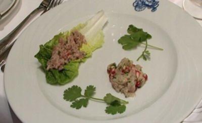 Thunfischtatar an Limonen-Basilikumdressing, dazu rohe Meerbarbenfiletstreifen mit Granatapfel-Korianderdressing - Rezept