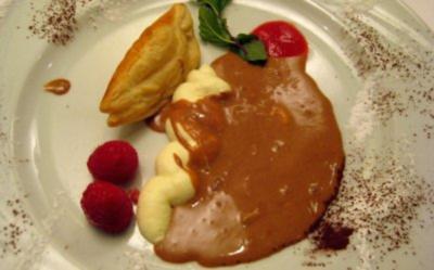 Nougat-Eispralinen mit Vanillesoße und Blätterteigkörbchen mit Eierlikörsahne - Rezept