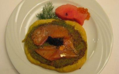 Edle Minipizza mit Wildlachs und Kaviar auf Frankfurter grüner Soße - Rezept