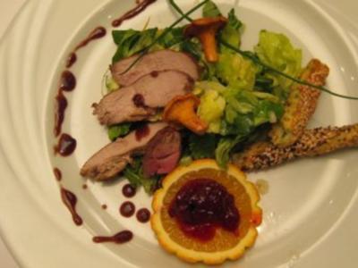 Gebratene Streifen von der Fasanenbrust auf feinem Salat an Kräuterstange - Rezept