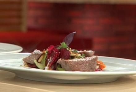 Straussenfilet mit Geraniensalat und Pinienkernen a la Buchholz - Rezept