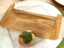 Rouget Barbet im Pergamentpapier gegart mit Bärlauchsoße und gefüllten Grilltomaten a la Buchholz - Rezept