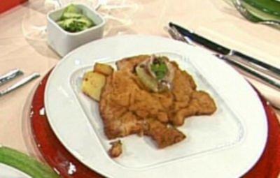 Wiener Schnitzel auf der Manschette serviert mit Röstkartoffeln und Gurkensalat a la Buchholz - Rezept