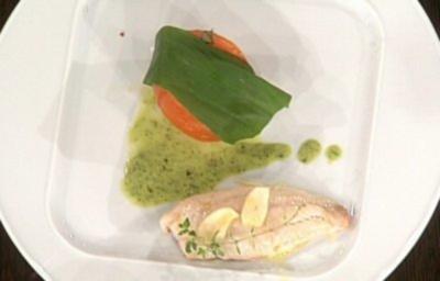 Rouget Barbet im Pergamentpapier gegart mit Bärlauchsoße und Grilltomaten (Tetje Mierendorf) - Rezept
