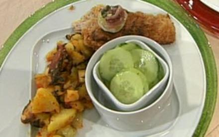 Wiener Schnitzel auf der Manschette serviert mit Röstkartoffeln und Gurkensalat (Oli Petzokat) - Rezept