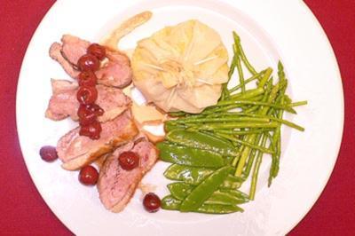 Entenbrust auf Kirschsoße mit Kartoffelsäckchen - Rezept