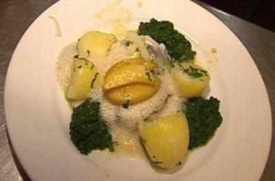Pochiertes Schellfischfilet mit glasierten Äpfeln auf Blattspinat - Rezept