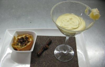 Honigmousse im Glas mit flambiertem Bratapfelragout - Rezept