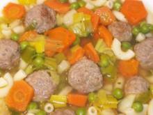 Eintopf: Gemüsesuppe mit Nudeln und Hackklößchen - Rezept