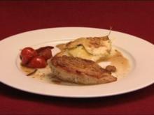 Perlhuhnbrust mit Kartoffel-Zucchini-Gratin und Cherrytomaten (Juliette Schoppmann) - Rezept