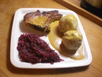 Schweinekotelett mit Knödel und Blaukraut - Rezept