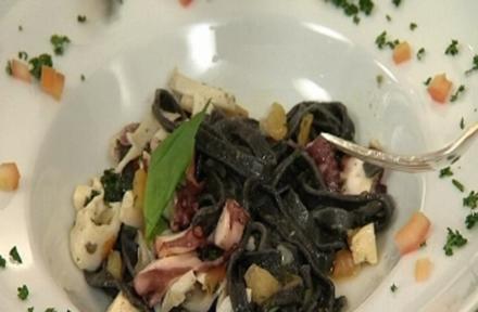 Schwarze Bandnudeln mit Sepia und Tomaten - Rezept