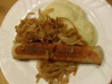 Bratwurst mit Kartoffelbrei und gebratenen Zwiebelringen - Rezept