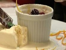 Haselnuss-Soufflee mit Brombeeren in Whisky Likör an Eisnockerl - Rezept