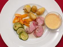 Schweinefilet, in Schinken gebacken - mit jungen Kartoffeln und Gemüse - Rezept
