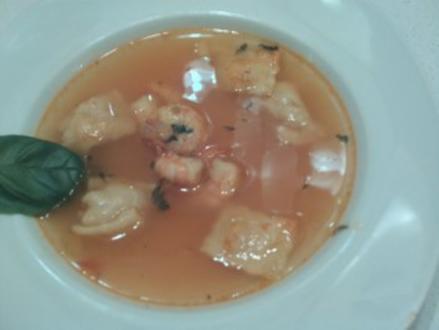 Klare Tomatensuppe mit Ravioli und Garnelen - Rezept