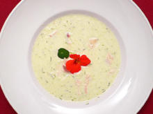 Kalte Senfgurkensuppe mit geräucherter Forelle - Rezept