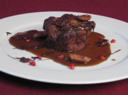 Karamell-Brot-Pudding mit Schokoladen-Chips und Karamellsoße - Rezept