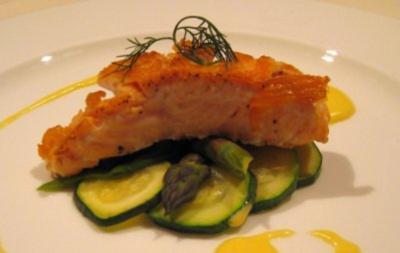 Gebratener Lachs auf grünem Gemüsesalat und Sauce Hollandaise - Rezept