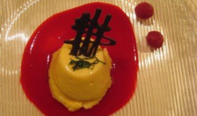 Zitronen-Champagnermousse an Schokoladengitter auf Fruchtspiegel - Rezept