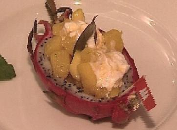 Drachenfrucht-Schiffchen mit flambierter Ananas und Mango - Rezept