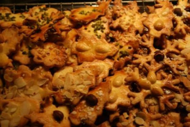 Butterplätzchen mit Mandel- und Nußdeko - Rezept