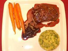 Angus-Steak mit Rotwein-Schalottensoße, Erbsenpüree und Möhren - Rezept