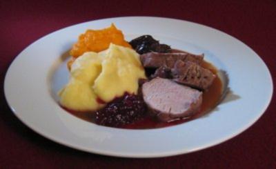 Schweinefilet gegart in Rotwein mit Backpflaumen, Äpfeln und zweierlei Püree - Rezept