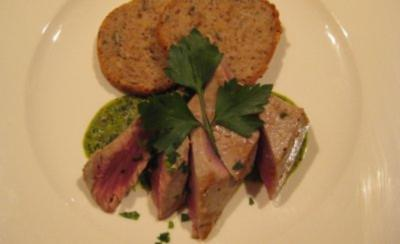 Thunfischfilet mit Salsa Verde, dazu frisches Brot - Rezept