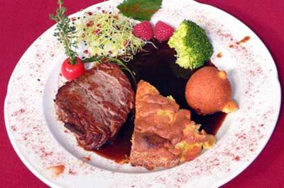 Rinderfilet auf Cotes-du-Rhone-Soße und Kartoffel-Kuchen mit Himbeerfüllung - Rezept