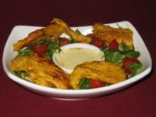 Rucolasalat mit Cherry-Tomaten, Pinienkernen, Perlhuhnbrust u. Curry-Dip - Rezept