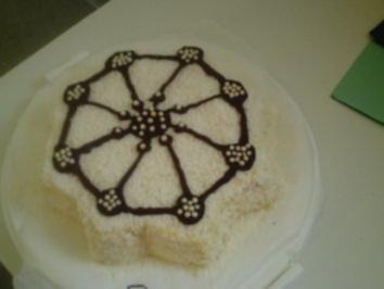 Torten: Weihnachtsstern mit Eierlikör-Kokos-Sahne - Rezept