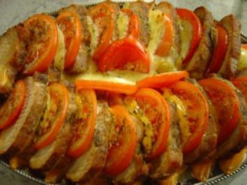 Rezept: Lachs-Braten vom Schwein mit Käse und Tomaten