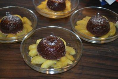 Warme Schokoküchlein auf karamellisierten Apfelspalten - Rezept
