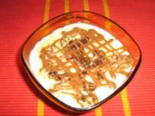 Vanillepudding mit Walnüssen unter einem Schokogitter - Rezept