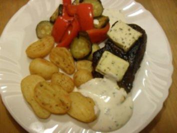 Rindersteak mit Sour-Creme, Zucchini Paprika Gemüse und Rosmarinkartoffeln - Rezept
