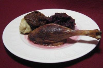 Gans a la Ahlschwedt gefüllt mit Maronen, Pflaumen und Äpfeln, dazu Kartoffelknödel - Rezept