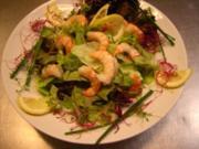Blattsalat mit Garnelen an Joghurtdressing - Rezept