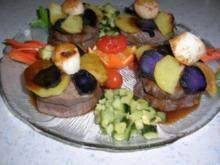 Rinderfilet mit blau-weißen Kartöffelchen, gratiniert mit Jakobsmuscheln an Zucchiniwürfeln und Möhrenstreifen mit Calvadossösschen - Rezept